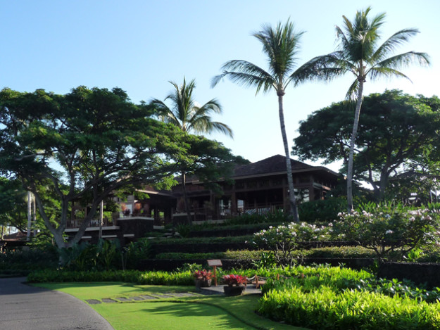 Walking-up-to-the-lobby-Four-Seasons-Hualali