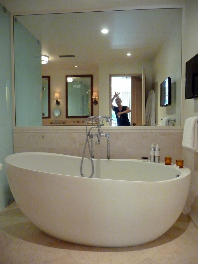 the-indoor-bathtub-at-auberge-du-soleil